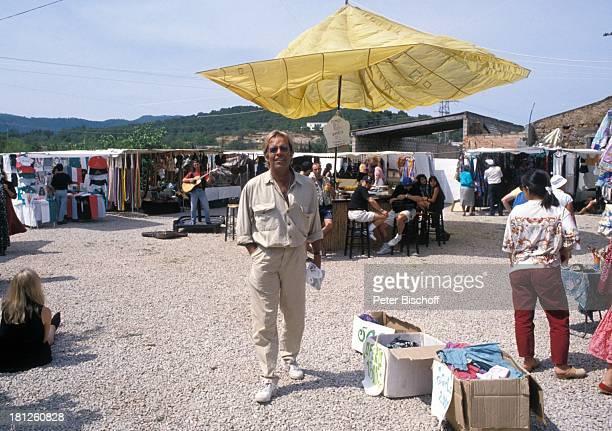 """Thomas Fritsch, Einheimische, neben den Dreharbeiten zur PRO 7 - Serie """"Glueckliche Reise """", Folge 20, """"Ibiza"""", San Carlos/Spanien, , Hippiemarkt von..."""