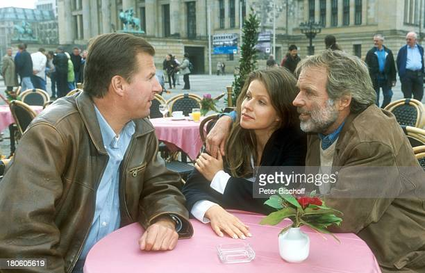 Thomas Fritsch Leonore Capell Ralf Lindermann ZDFSerie Unser Charly Folge 4 In aller Freundschaft Arm in Arm