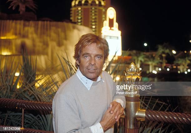 Thomas Fritsch neben den Dreharbeiten zur PRO 7 Serie Glueckliche Reise Folge 15 USA/Arizona Las Vegas/Nevada Nachtaufnahme Wasserfall Palmen...