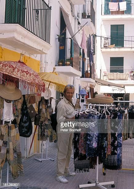 Thomas Fritsch neben den Dreharbeiten zur PRO 7 Serie 'Glueckliche Reise ' Folge 20 'Ibiza' San Carlos/Spanien Hippiemarkt von 'Los Delidos' Rucksack...