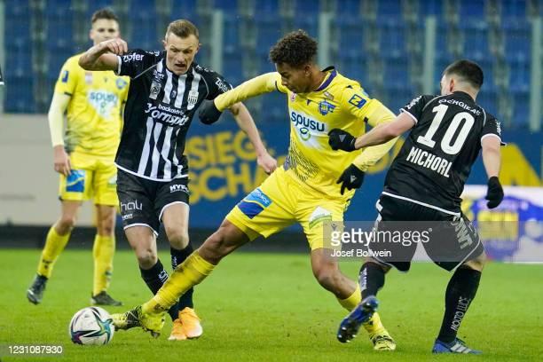 Thomas Goiginger of LASK and Emilian Metu of St.Poelten during the tipico Bundesliga match between spusu SKN St. Pölten and LASK at NV Arena on...