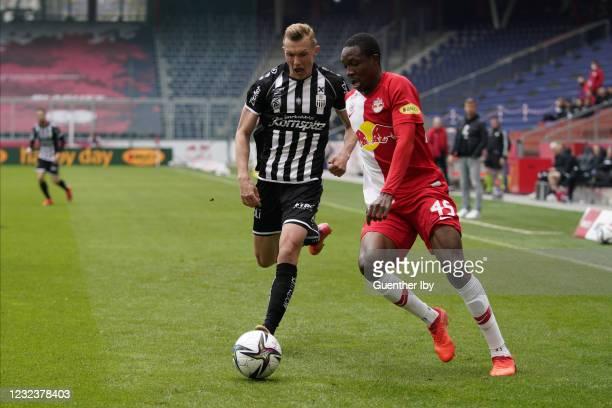 Thomas Goiginger of LASK and Enock Mwepu of Salzburg during the tipico Bundesliga match between FC Red Bull Salzburg and LASK at Red Bull Arena on...