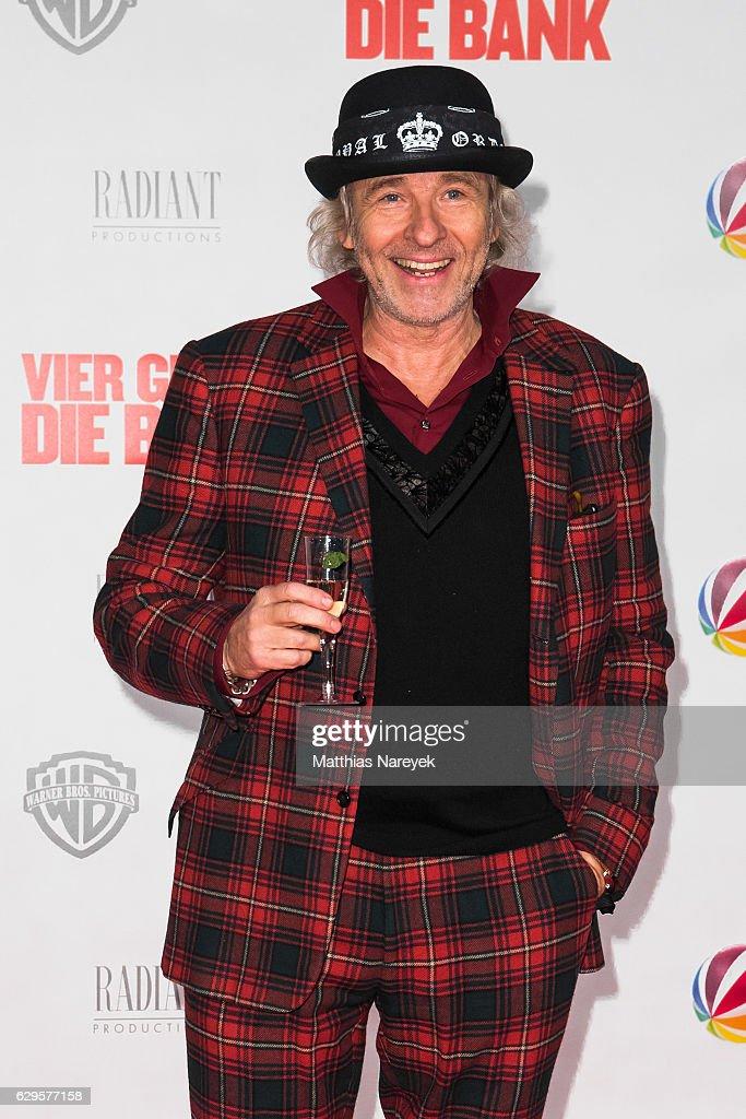 Thomas Gottschalk attends the German premiere of the film 'Vier gegen die Bank' at CineStar on December 13, 2016 in Berlin, Germany.