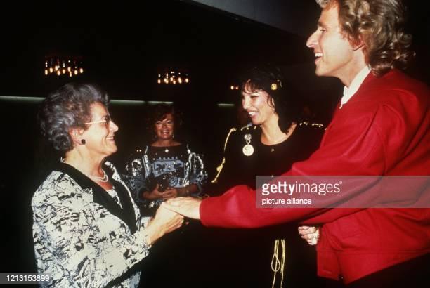 Thomas Gottschalk mit seiner Mutter Rutila und seiner Frau Thea am 2691987 nach einer Wetten dassSendung aus Hof Die Mutter von TVModerator Thomas...