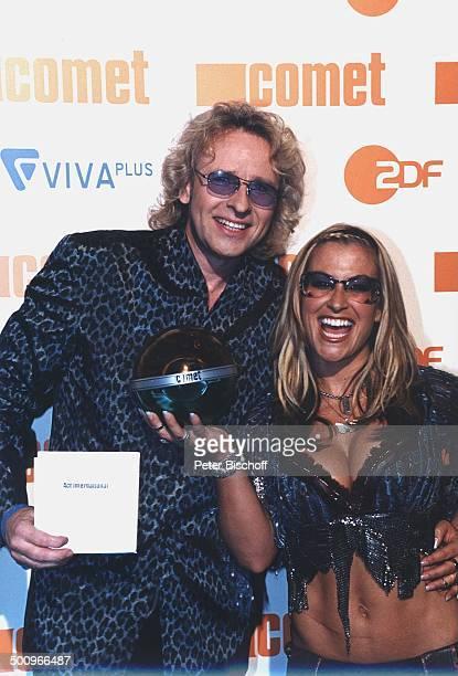 Thomas Gottschalk Sängerin Anastacia Verleihung Musikpreis Comet 2002 CometGalaMusikmesse PopKomm Köln Preisträgerin Preis Auszeichnung Brille...