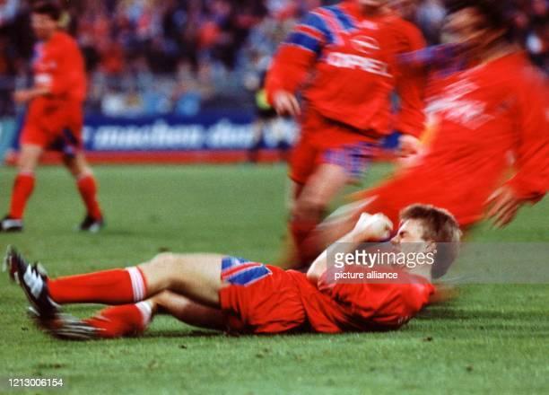 Thomas Helmer liegt am Boden ballt die Fäuste und jubelt die Freude aus sich heraus Er hat für den FC Bayern München gegen den 1 FC Nürnberg...