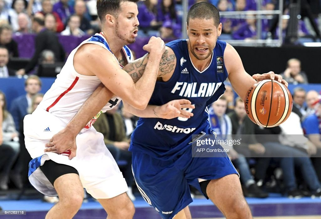 Thomas Heurtel of France (L) vies with Gerald Lee Jr of Finland during the basketball European Championships Eurobasket 2017 qualification round Group A match France vs Finland in Helsinki, Finland on August 31, 2017. / AFP PHOTO / Lehtikuva / Jussi Nukari / Finland OUT