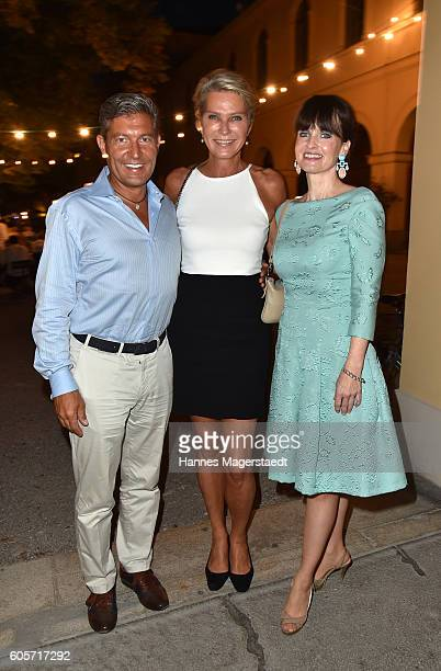 Thomas Jirgens Stephanie Graefin von Pfuel and Sonja Lechner during a cocktail reception hosted by the Dorotheum on September 14 2016 in Munich...