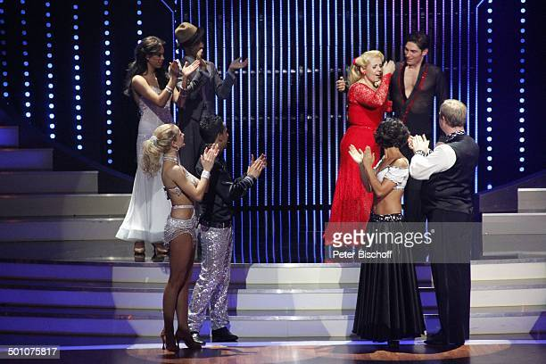 "Thomas Karaoglan alias ""Der Checker"" mit Tanzpartnerin Sarah Latton, Moritz A. Sachs mit Tanzpartnerin Melissa Ortiz-Gomez , dahinter v.l.n.r.:..."