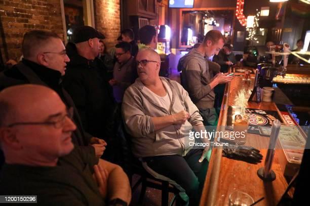 Thomas MacEntee al centro disfruta de un rato de ocio en SoFo Tap ubicado sobre Clark Street en el barrio de Andersonville en Chicago el 29 de enero...