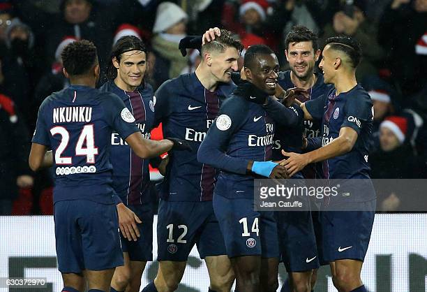 Thomas Meunier of PSG celebrates his goal with Edinson Cavani Blaise Matuidi Thiago Motta Marquinhos during the French Ligue 1 match between Paris...