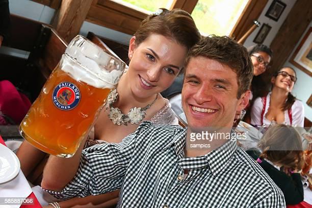 Thomas Müller Mueller FC Bayern München mit Frau Lisa FC Bayern auf der Wiesn auf dem Münchner Oktoberfest