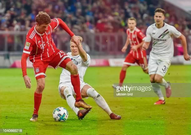 Thomas Mueller im Zweikampf mit Matthias Ostrzolek waehrend dem Fussball Bundesliga Spiel FC Bayern Muenchen gegen Hannover 96 am 14 Spieltag der...