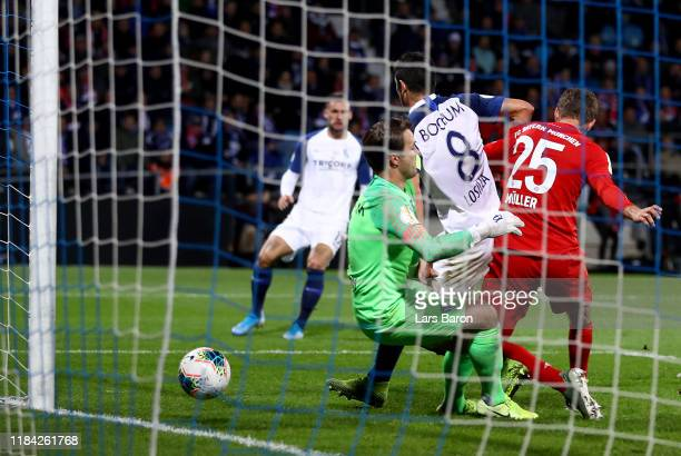 Thomas Mueller of Bayern Muenchen scores the winning goal during the DFB Cup second round match between VfL Bochum and Bayern Muenchen at Vonovia...