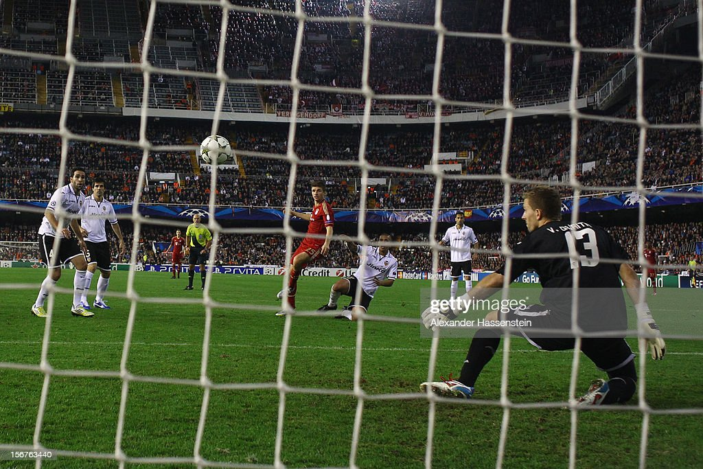Thomas Mueller (C) of Bayern Muenchenscores the first team goal during the UEFA Champions League group F match between Valencia FC and FC Bayern Muenchen at Estadio Mestalla on November 20, 2012 in Valencia, Spain.