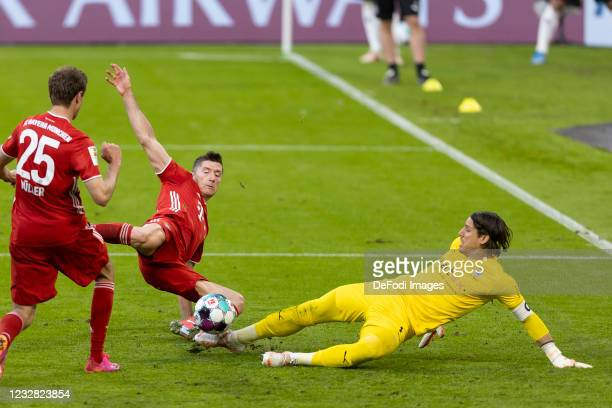 Thomas Mueller of FC Bayern Muenchen, Robert Lewandowski of FC Bayern Muenchen and Torwart Yann Sommer of Borussia Moenchengladbach battle for the...