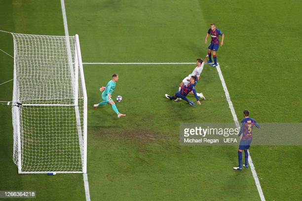 Thomas Mueller of FC Bayern Munich scores his team's fourth goal past Marc-Andre ter Stegen of FC Barcelona during the UEFA Champions League Quarter...