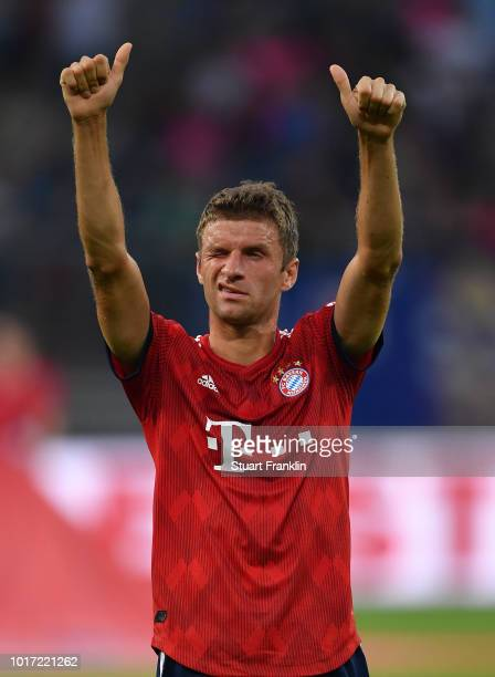 Thomas Mueller of Muenchen celebrates during the friendly match between Hamburger SV and Bayern Muenchen at Volksparkstadion on August 15, 2018 in...