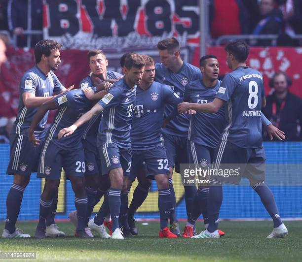 Thomas Mueller of Muenchen celebrates scoring his goal with teamates during the Bundesliga match between Fortuna Duesseldorf and FC Bayern Muenchen...