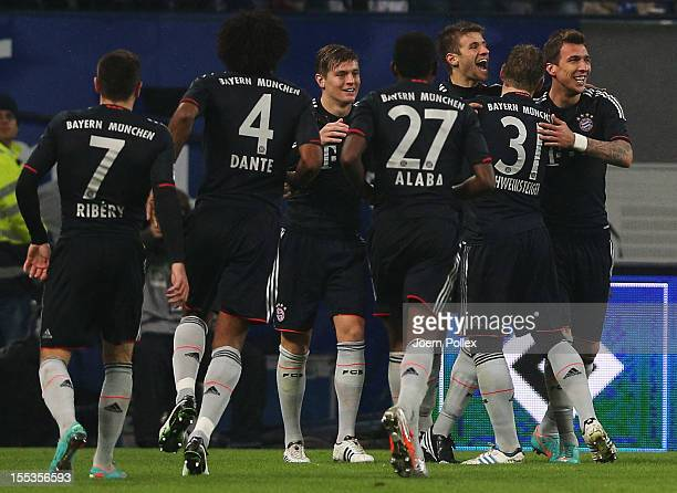 Thomas Mueller of Muenchen celebrates with his team mates after scoring his team's second goal during the Bundesliga match between Hamburger SV and...
