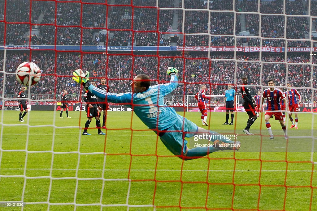 Thomas Mueller of Muenchen scores the 5th goal against Jaroslav Drobny keeper of Hamburg during the Bundesliga match between FC Bayern Muenchen and Hamburger SV at Allianz Arena on February 14, 2015 in Munich, Germany.