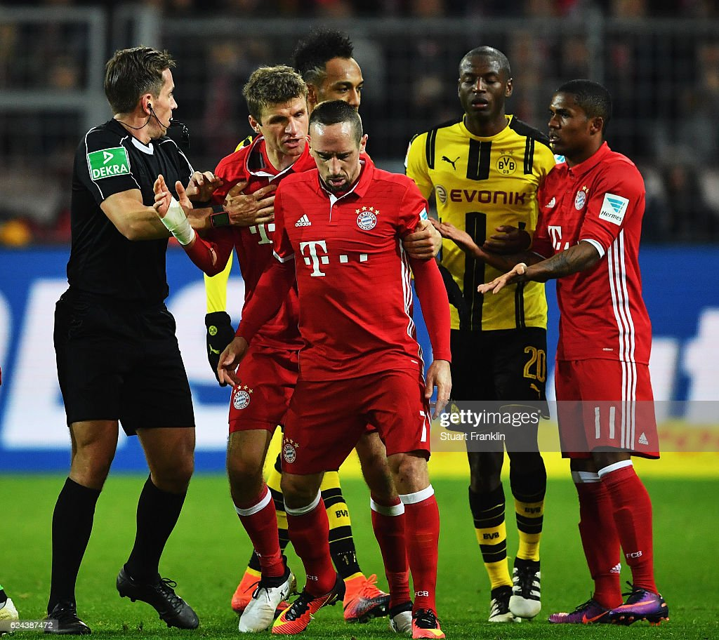 Thomas Mueller of Muenchenbreaks up a fight between Franck Ribéry and Adrián Ramos of Dortmund during the Bundesliga match between Borussia Dortmund and Bayern Muenchen at Signal Iduna Park on November 19, 2016 in Dortmund, Germany.