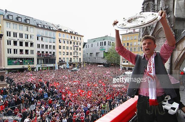 Thomas Muller mit Meisterschale Am Rathausbalkon zeigen die Soieler des FC Bayern Munchen den Fans Die Mannschaft des FC Bayern feiert mit senen Fans...