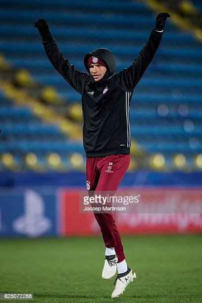 Thomas Muller of FC Bayern Muenchen warms up during FC Bayern Muenchen training ahead of the UEFA Champions League group D match between FC Rostov...
