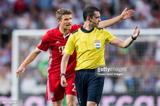 Thomas Muller of FC Bayern Munich argues with referee Viktor Kassai during their 201617 UEFA Champions League Quarterfinals second leg match between...