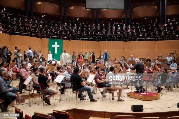 Thomas Neuhoff leitet das Gürzenich Orchester Köln in Begleitung des amerikanischen Baritons Jubilant Sykes , des Tenor Ronald Samm und Konstantin...