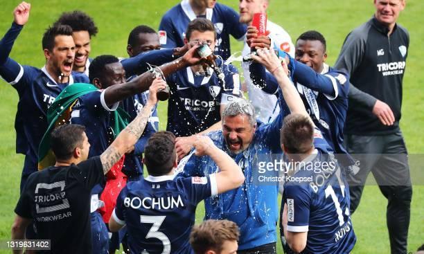 Thomas Reis head coach of VfL Bochum lifts the Bundesliga 2 Meisterschale after winning the Second Bundesliga match between VfL Bochum 1848 and SV...