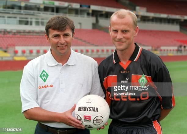 Thomas Schaaf , der 38jährige Trainer des SV Werder Bremen, posiert mit dem neuen Werder-Sportdirektor Klaus Allofs am 15.7.1999 im heimischen...