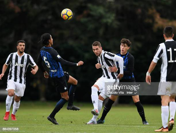 Thomas Schiro of FC Internazionale and Marko Pjaca of Juventus FC compete for the ball during the Serie A Primavera match between FC Internazionale...