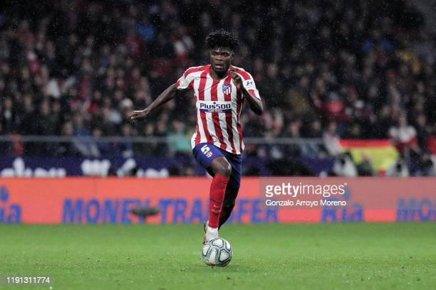 Thomas Teye Partey of Atletico de Madrid controls the ball during the Liga match between Club Atletico de Madrid and FC Barcelona at Wanda...