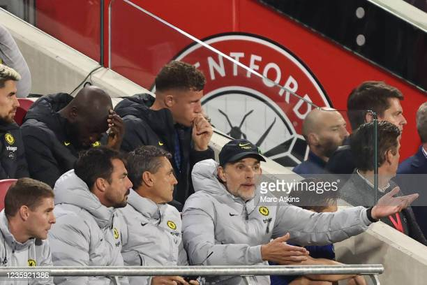 Thomas Tuchel manager of Chelsea reacts as Jorginho, Romelu Lukaku and Ross Barkley look on during the Premier League match between Brentford and...