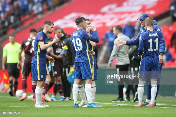 Thomas Tuchel, Manager of Chelsea talks to Mason Mount, Hakim Ziyech, Jorginho and Timo Werner of Chelsea during a drinks break during The Emirates...