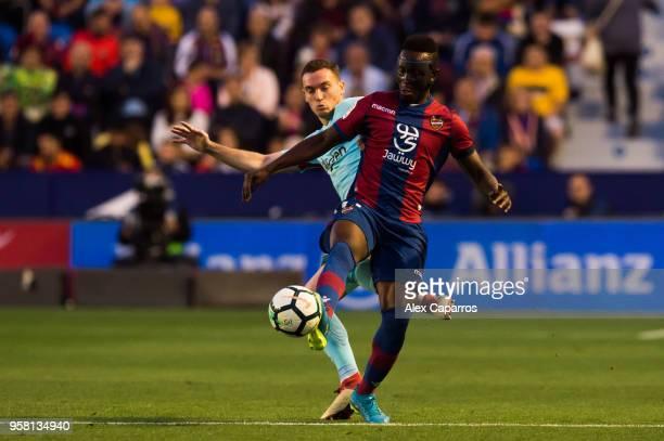 Thomas Vermaelen of FC Barcelona fouls Emmanuel Boateng of Levante UD during the La Liga match between Levante UD and FC Barcelona at Estadi Ciutat...