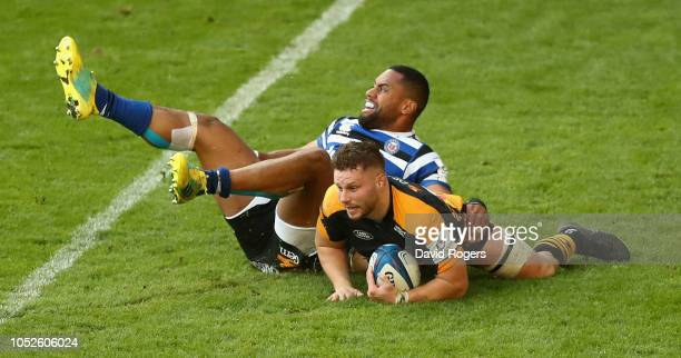 Thomas Young of Wasps beats Joe Cokanasiga to the ball to score the match equalising try during the Champions Cup match between Wasps and Bath Rugby...