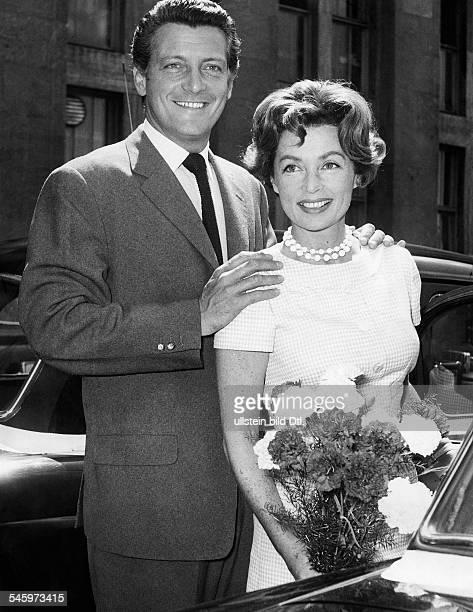 Thompson, Carlos *07.06..1990+Schauspieler, Schriftsteller, Argentinien- mit Ehefrau Lilli Palmer bei seiner Ankunft auf dem Flugenhafen...