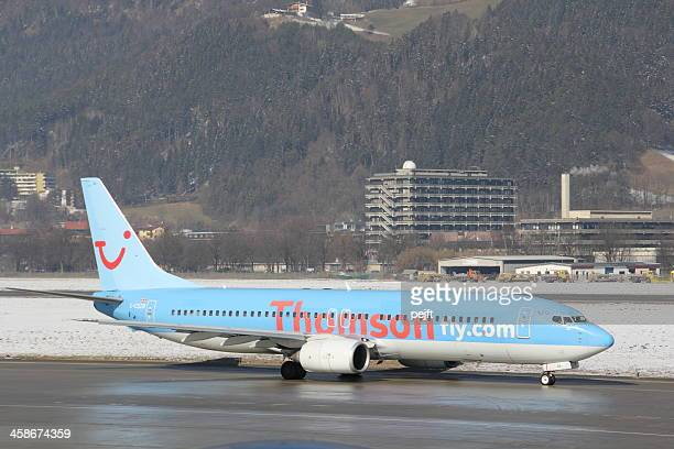 thomson fly boeing 737 passenger jet in innsbruck - pejft stock pictures, royalty-free photos & images