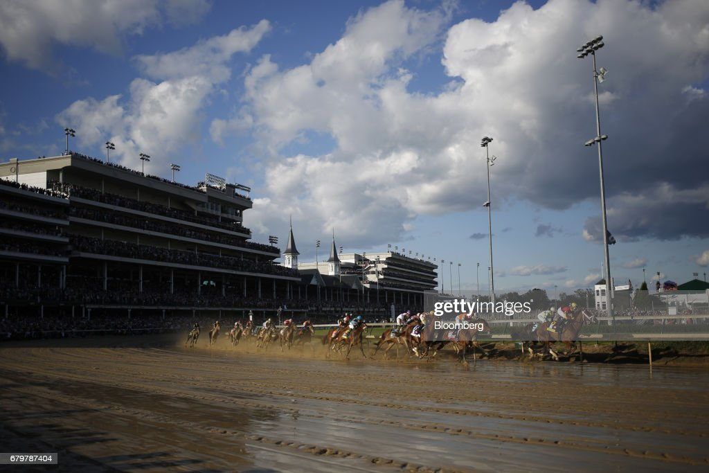 Thoroughbred racehorses round the first turn during the 143rd running of the Kentucky Derby at Churchill Downs in Louisville, Kentucky, U.S., on Saturday, May 6, 2017. The 143rd running of the Kentucky Derby will feature a field of twenty horses with the winner receiving a gold trophy plus an estimated $1.24 million payday. Photographer: Luke Sharrett/Bloomberg via Getty Images
