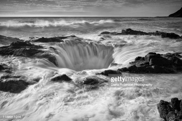 thor's well at high tide, cape perpetua, oregon - seascape stock pictures, royalty-free photos & images