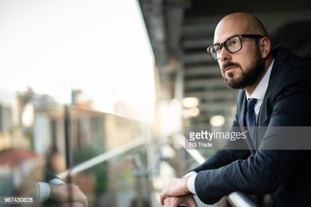 doordachte business man op zoek weg - vertrouwen in zijn succes - selective focus stockfoto's en -beelden