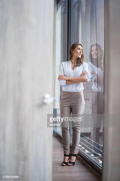 Durchdachten business-Frau im Büro