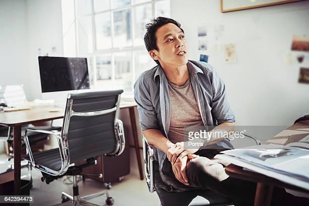 thoughtful businessman sitting on chair - helemaal losgeknoopt stockfoto's en -beelden