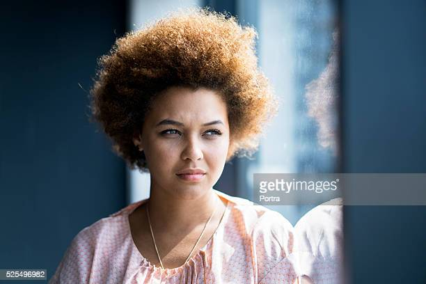 心配りの行き届いた女性実業家壁にガラスの壁 - コイリーヘア ストックフォトと画像