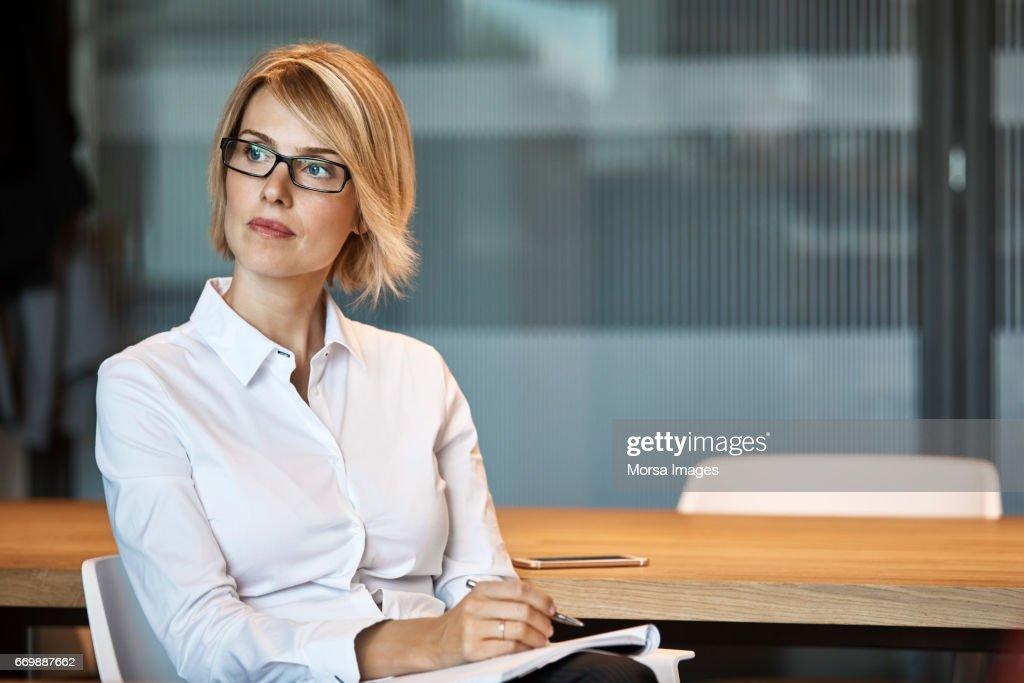 Nachdenklich Geschäftsfrau Wegschauen am Schreibtisch : Stock-Foto