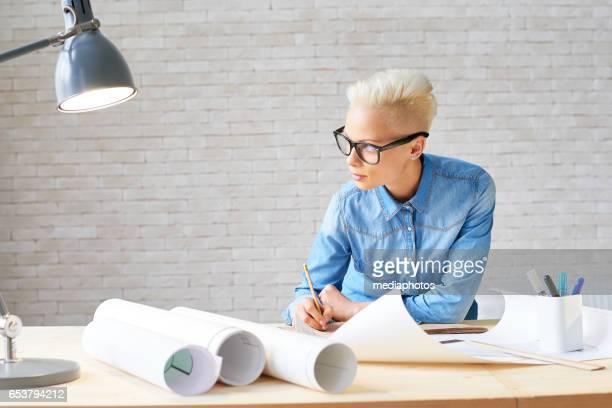 Tankeväckande kvinnliga arkitekt