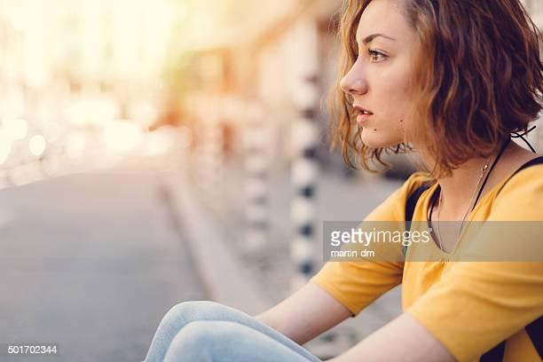 Durchdachte Mädchen auf der Straße