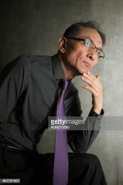 thoughtful middle- aged man's portrait - vestido roxo - fotografias e filmes do acervo